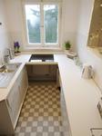 Küche mit Spüle und Kochfeld